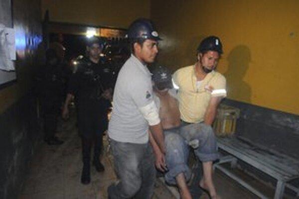 Evakuácia jedného z väzňov.