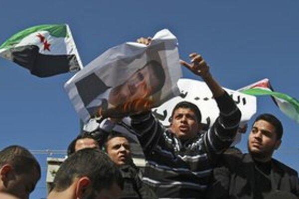 Demonštranti pália portrét sýrskeho prezidenta.