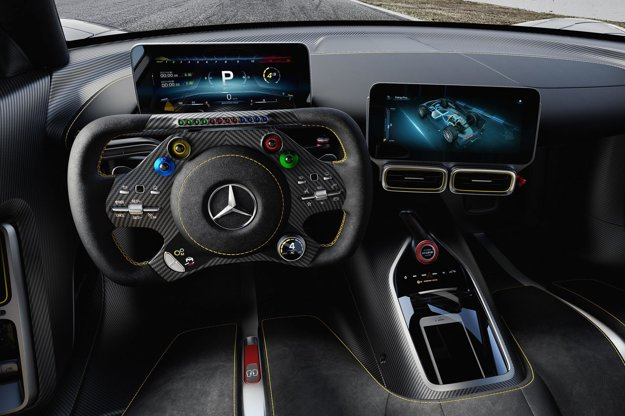 Kokpit s volantom v štýle monopostu F1. Hyperauto Project One zrýchli z 0 na 200 km/h za menej než šesť sekúnd, jeho maximálna rýchlosť je nad 350 km/h – týmto výkonom zodpovedá cena vozidla, ktorá je 2,275 milióna eur.