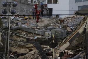 a snímke záchranári so psom prehľadávajú trosky budovy po ničivom zemetrasení v hlavnom meste Mexiko, 19. septembra 2017.