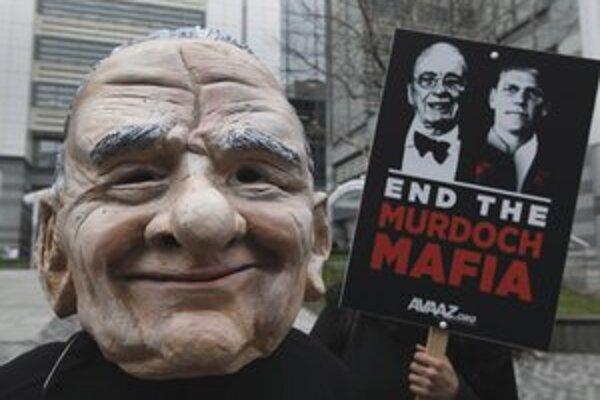 Účastník protestu proti Rupertovi Murdochovi v Londýne.