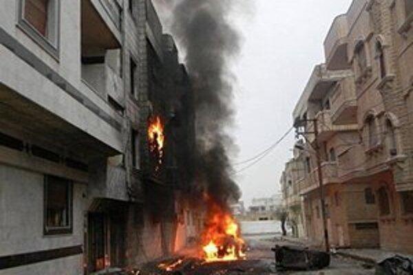 Stúpajúci dym po útoku Asadových síl v meste Baba Amr.