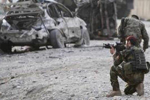 Vojaci na mieste útoku na letisku v Džalalabáde.