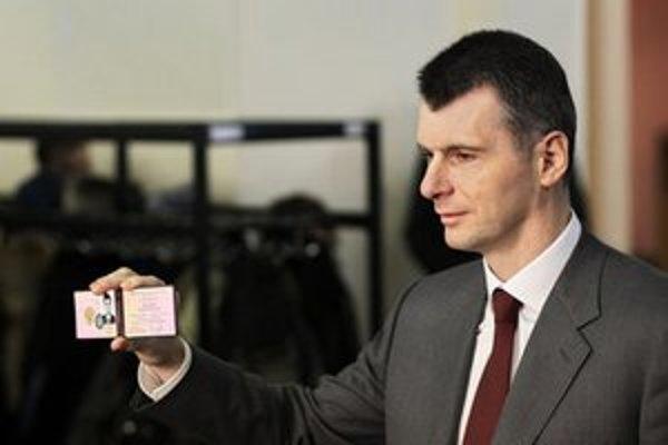 Ruský miliardár Michail Prochorov ukazuje preukaz o svojej kandidatúre na post prezidenta.