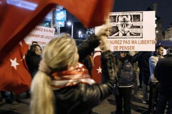 Proti zákonu protestovali Turci aj v Paríži.