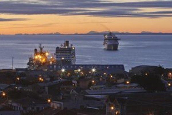 Vľavo výletná loď Adonia a vpravo výletná loď Princess Starr plávajú do čílskeho prístavu Punta Arenas. Lodiam bolo odmietnuté pristáť v argentínskom prístave Ushuaia, lebo predtým kotvili na Malvínach (Falklandách).
