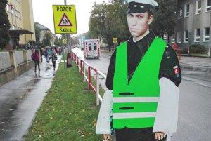 Maketa policajta má pomôcť bezpečnosti na frekventovanej ceste.