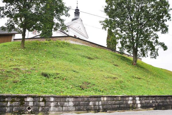 Praskliny sa objavili na hornom aj dolnom múre.