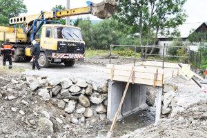Práce na novom moste ponad potok.