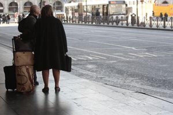 Cestujúci čakajú na taxík.