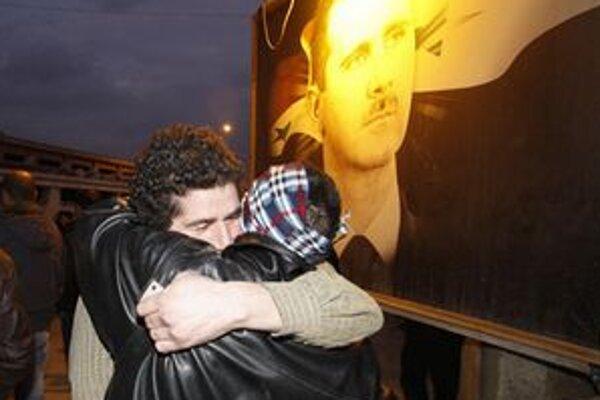 Prepustený sýrsky demonštrant sa víta s bratom.