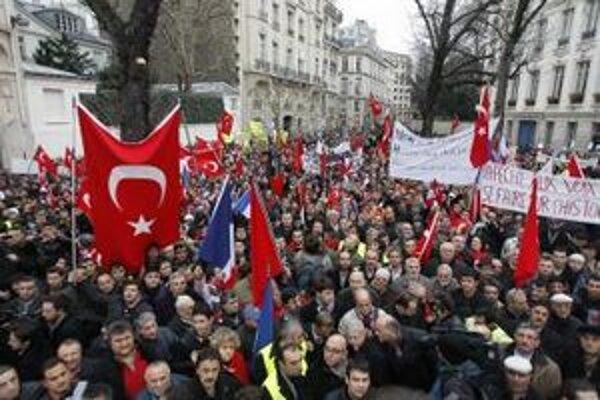 Niekoľko tisíc Francúzov tureckého pôvodu v centre Paríža v decembri protestovalo proti návrhu zákona, ktorým by sa popieranie genocídy Arménov Osmanskou ríšou v roku 1915 stalo trestným činom.