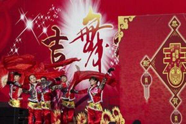 Oslavy sprevádzajú tradičné dračie tance.