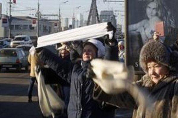 Stovky Moskovčanov vyjadrili svoj nesúhlas so zvolením Putina za ruského prezidenta.