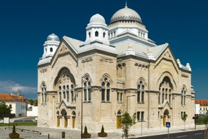 """Kategória: Obnova a prestavba, Obnova synagógy na multikultúrne priestory, Lučenec, V čase pred obnovou bola budova vo veľmi zlom stave – s ohrozenou statikou a rastúcou bujnou vegetáciou. Synagógy projektované Leopoldom Baumhornom boli síce inšpiráciou, ale cieľom rekonštrukcie nebolo prinavrátiť pôvodný stav. Zvolením """"konzervačnej metódy"""" sa priniesla pridaná hodnota v podobe symbiózy súčasného umenia a kultúrneho dedičstva."""