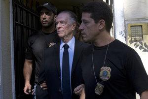Carlosa Arthura Nuzmana (v strede) zatkli pre podozrenie z kupovania hlasov.