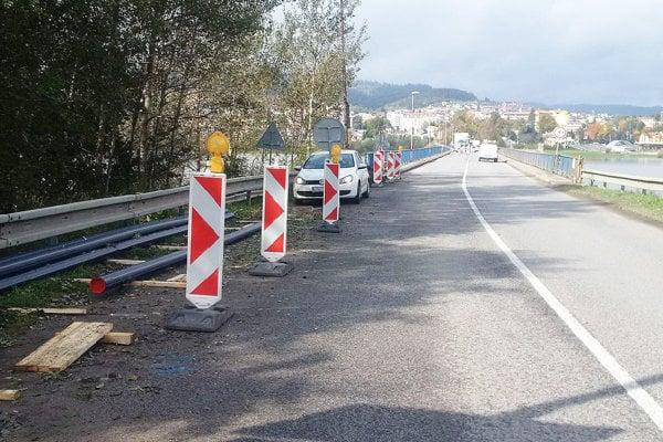 Rúrky ukotvené na moste treba vymeniť.