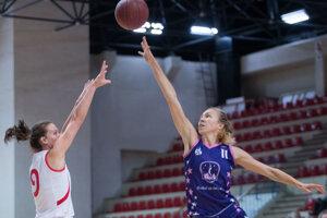 Basketbalistka ŠKP 08 Katarína Piperková v súboji o loptu.