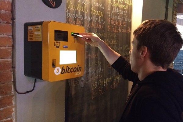 Už funguje. Premiérový bitcoinový bankomat si už vyskúšali prví zvedavci.