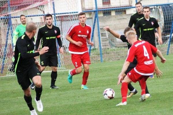 Futbalisti Serede (v čiernom) uhrali remízu v Bardejove.
