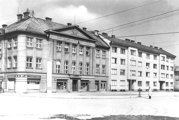 K budove neskôr pristavili činžiaky pre vojakov.