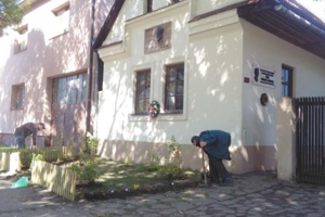 Úpravy priedomia advora. Pracovníci múzea Viliam Žiaran, Ján Svidran aIgor Brezina vysadili vpredzáhradke Rázusovie domu ruže ainé pôvodné rastliny. FOTO: MAREK JURIŠ