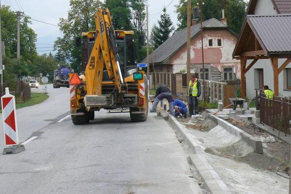 Na nový chodník v Jazernici musela obec šetriť tri roky.
