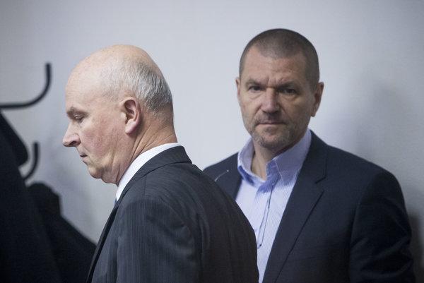 Exministri SNS Marián J. a Igor Š. na špeciálnom súde v Pezinku.
