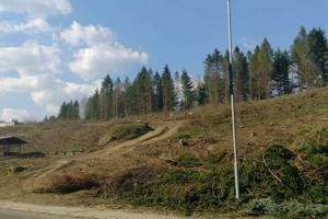 Na pozemku, kde má v budúcnosti stáť obchodné centrum boli vyklčované stromy a zostal iba prázdny svah.
