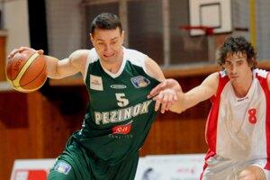 Andrej Lukjanec (vľavo) sa v Pezinku zaradil k najlepším basketbalistom na Slovensku.