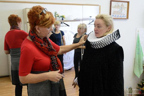 Kostýmová výtvarníčka Ľudmila Várossová s herečkou Evou Pavlíkovou pri skúšaní kostýmu.