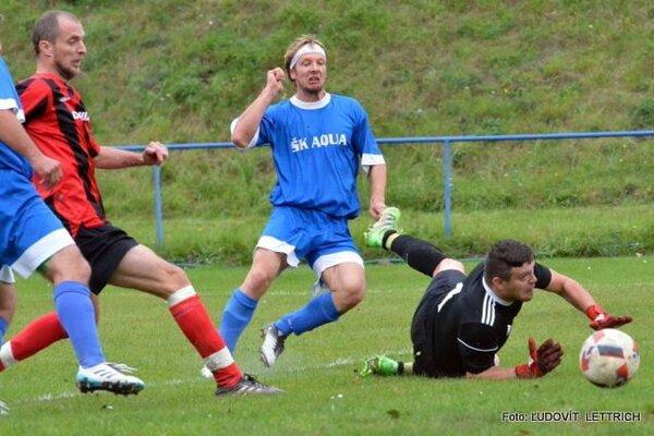 Úvodný gól Teplíc v súboji s Lipovcom strelil Andrej Rešetár (v modrom).