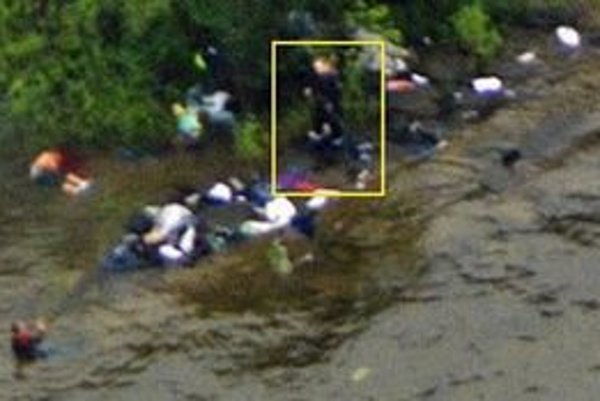 Na záberoch z policajného vrtuľníka utočník strieľa do ľudí vo vode.