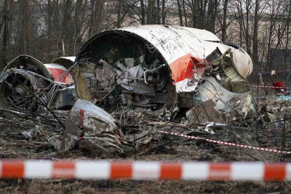 Na archívnej snímke z 11. apríla 2010  vrak poľského prezidentského špeciálu na mieste nehody v Smolensku.