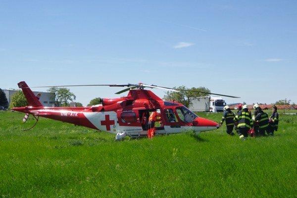 Zraneného motorkára previezli do nitrianskej nemocnice leteckí záchranári.