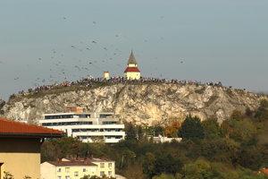 Kalvária bola plná ľudí, nad hlavami im lietali šarkany.