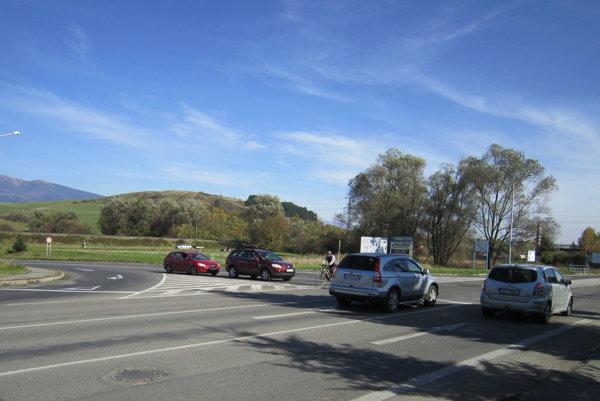 Denne prejdú vstupnou križovatkou do mesta tisíce áut.