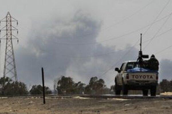 Auto povstalcov smeruje po nálete NATO na frontu.