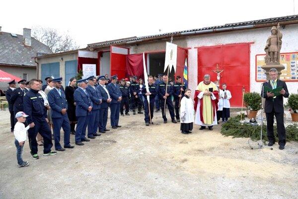 Hasiči asistovali pri vysviacke sochy svätého Floriána.