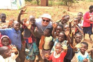 Miloš Rohoň (v strede) s africkými deťmi.