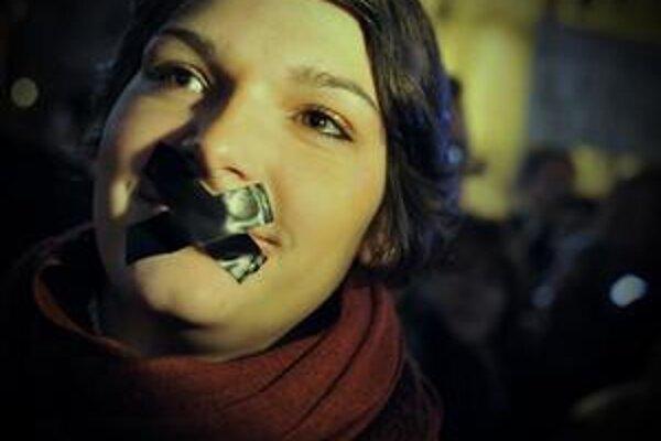 V piatok demonštrovalo niekoľko tisíc ľudí pred maďarským parlamentom proti mediálnemu zákonu.