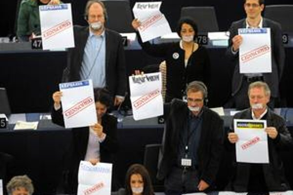 Europoslanci v Štrasburgu protestovali proti mediálnemu zákonu počas vystúpenia Viktora Orbána.
