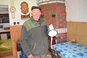 Starosta Andrej Marčišin (80) úradoval doma, obyvateľov zvolával megafónom.