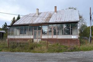 Budova obecného úradu a obchodu. Predali ju v dražbe.