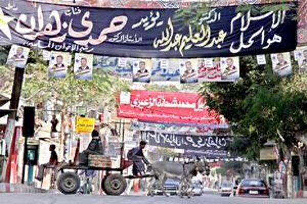 "Transparenty Moslimského bratstva s nápisom ""Islam je riešenie""."