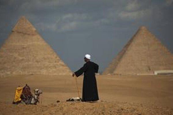Egyptský sprievodca Gamal (54) márne čaká na turistov v Gíze.