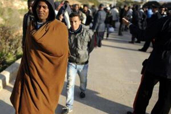 Pred mesiacom demonštrovali za lepšie Tunisko, teraz z neho vo veľkom utekajú.