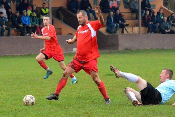 Sklabinčania (v červenom) vyhrali vPríbovciach 2:0 aupevnili si druhé miesto vtabuľke. Na snímke pri útoku hostí Marián Moric avpozadí Marek Finta, ktorý dal prvý gól Družstevníka.