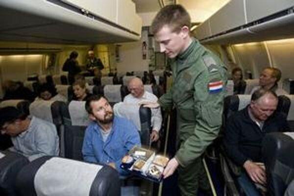 Holandské vojenské lietadlo vezie občanov z Líbye.