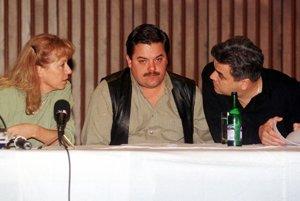 V roku 1998 sa prevalila kauza Gamatex, v ktorej Sylvia Volzová (vľavo) vystupovala po boku Mariána Kočnera (v strede).